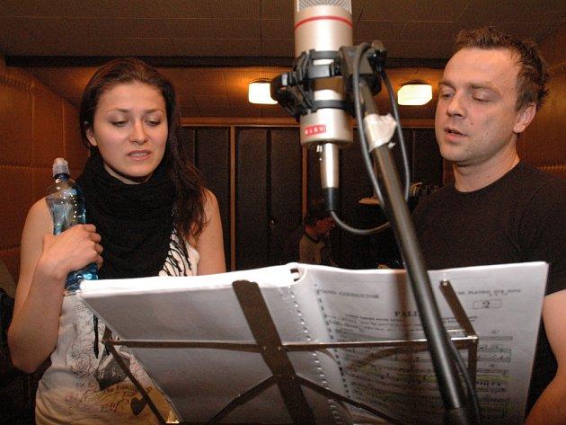Náročnost projektu dokazuje i pohled do studia, kde vznikala nahrávka k inscenaci.