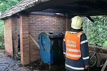 Nejpravděpodobnější příčinou pak mohla být nedbalost při odhození nedopalku cigarety nebo vysypání obsahu popelníku do kontejneru s odpadem.