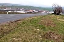 Podél silnice z Hluku do Ostrožské Lhoty zmizely desítky stromů a keřů.