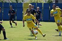 Fotbalisté Strání (žluté dresy) na úvod letní přípravy zdolali Slovácko B 3:2.