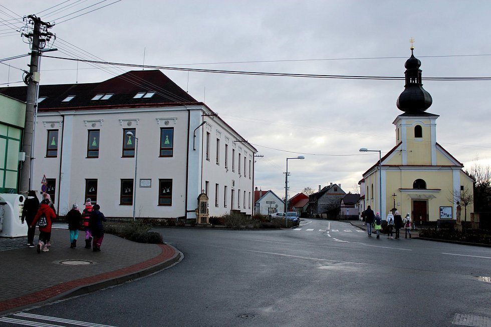 Tradiční poselství zBetléma předávali vneděli skauti z Tupes lidem ve své obci.
