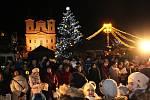 Na Masarykovo náměstí v Uherském Hradišti si přišlo koledy zazpívat asi pět set lidí.