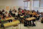 Na gymnáziu v Uherském Hradišti si loňská třída kvarty zvyká na vyšší stupeň . Nyní jsou v kvintě, tedy v 1. ročníku střední školy.