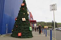 Vánoční stromeček zdobil Tesco v Uherském Hradišti dva měsíce před Vánocemi.