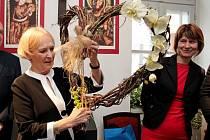Zahájení výstavy Karel IV. – Otec vlasti se v pátek zúčastnila zakladatelka a prezidentky hnutí Na vlastních nohou Stonožka Běla Gran Jensen a řada osobností veřejného, politického a náboženského života.