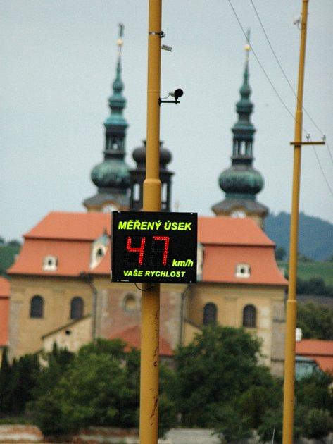 Nový radar přijíždějící řidiče důrazně upozorňuje na to, že v obci mají zpomalit.