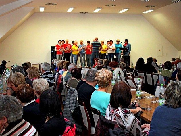 LADIES BUDU. Na výroční schůzi zapěl několik písní pěvecký sbor z Domova důchodců Buchlovice.