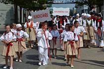 Mnohasethlavý průvod krojovaných účastníků Uherským Hradištěm byl ozdobou včerejšího programu Kunovského léta.