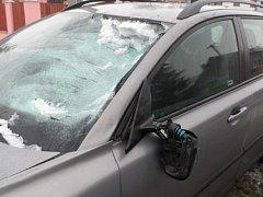 Kus ledu spadl na volvo z náklaďáku.