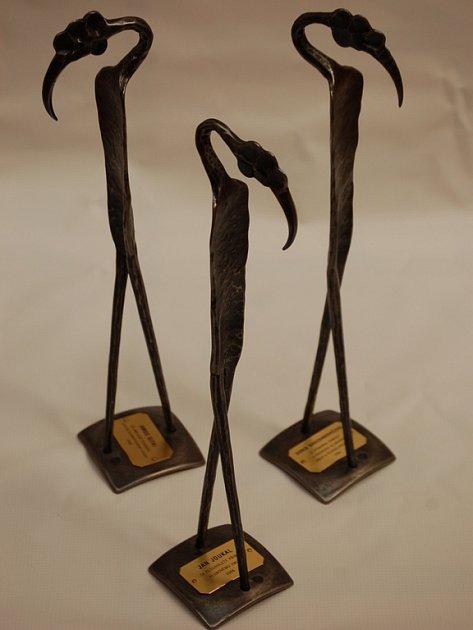 Tak vypadají ceny nazvané Pták klubák, které dnes večer obdrží významné osobnosti.