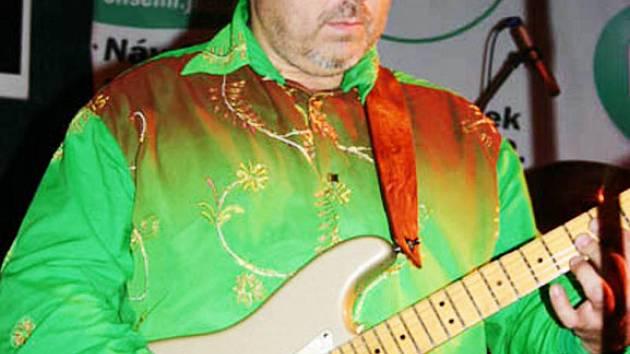 Kytarový mág Michal Pavlíček na koncertě.
