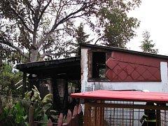 Ve Velehradu hořelo stavení a stromy, majitel se popálil