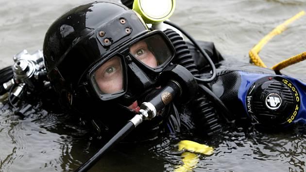 Kvůli utonulým nemuseli potápěči vytahovat neopreny už několik týdnů.