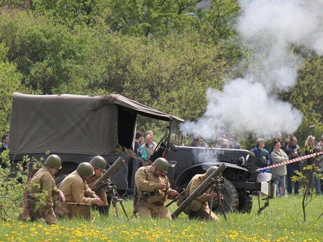 Na rekonstrukci bitvy o Strání se v sobotu 4. května podílela zhruba stovka vojáků v historických uniformách.