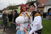 V Topolné se i přes nepřízeň počasí vydalo na šestnáct tanečních páru požádat starostu o povolení v čele se staršími stárky Davidem Dujíčkem a Annou Šmídovou. V roli mladších stárků se představili Helena Mikošková a Marek Levec.
