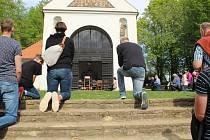 Několik desítek lidí s rouškami na tvářích se v pátek 1. května odpoledne účastnilo mše svaté pod širým v nebem, kterou pro ně z kaple sv. Rocha na Černé hoře nad Uherským Hradištěm sloužil P. Antonín Klaret Dabrowski.