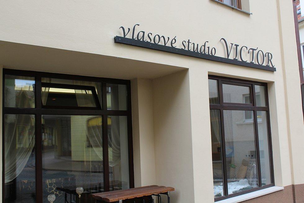Bezmála půl roku byla v naší zemi kvůli koronavirovým omezením zavřená kadeřnictví. Také v Uherském Hradišti je otevřeli v pondělí 3. května. Vlasové studio Viktor.