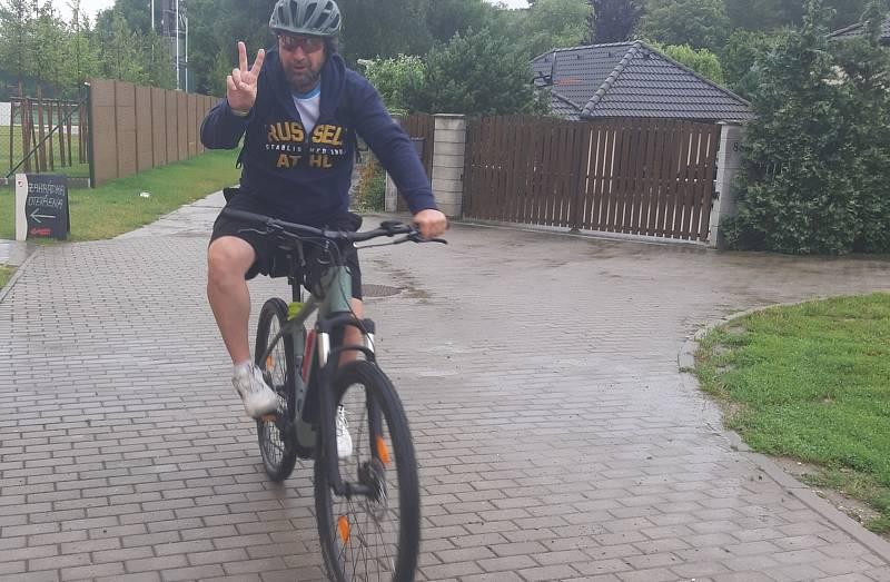Na kole deštivými vinohrady se vydala také skupinka cyklistů z Ostrožské Lhoty.