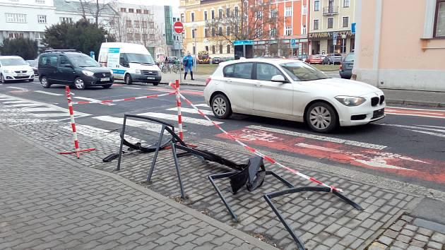 36letý řidič octavie jel v pátek 9. března ulicí Hradební a hodlal odbočit na Palackého náměstí. Nezvládl ale řízení a při odbočování vpravo narazil do stojanů na kola. Dechová zkouška u řidiče vykázala hodnotu 2,87 promile alkoholu.