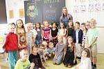 Zahájení školního roku v ZŠ UNESCO. 1. A s třídní učitelkou Gabrielou Vaškovou.