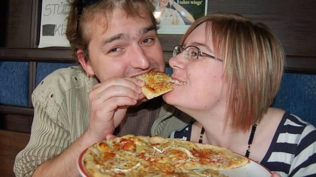 Herec Petr Čagánek se s divačkou Katarínou Ďuricovou zakousli do jedné pizzy.