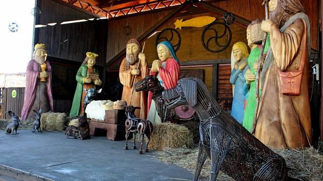 U BETLÉMA. Hodně radosti zejména dětem přinese dřevo-kovový betlém vKovozoo Staré Město.