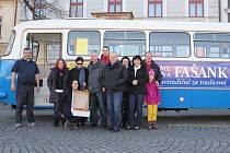 Etnografická expedice ve fašankovém autobuse už potřetí vyrazil monitorovat masopusty na Slovácku.