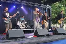 O dobrou náladu se ve fanzóně v úterý 23. června postarala také skupina Banana raincoat. F
