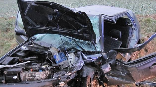 Octavia v protisměru trefila dva Golfy, za jejím volantem seděl opilý a zfetovaný řidič.