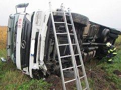 Naštěstí jen se zraněním nohy vyvázl z převráceného kamionu jeho řidič. K nehodě došlo ve středu 19. října po deváté hodině ráno v okrajové části Kunovic.