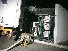 Čerpací stanici naboural kamion