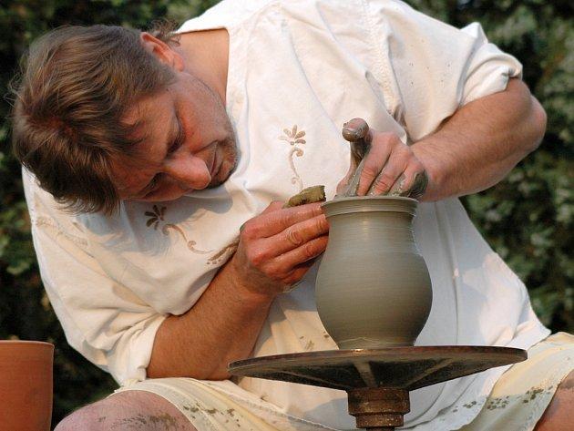 Zájemci si budou moci například usednout za starobylý hrnčířský kruh mistra Igora Chrástka z Tupes a pokusit se tvořit z hlíny jakékoliv tvary