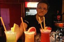 Úctyhodných sto padesát druhů míchaných drinků připravují i v novém Top Baru v Kunovicích.