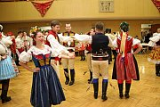 Už při slavnostním defilé a pak i při předtančení české besedy vynikly pestrobarevné oděvy tanečnic a tanečníků.