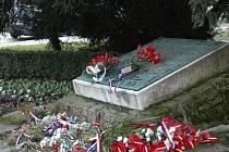 Památku obětí obou světových válek uctili symbolicky v Den veteránů v pondělí 11. listopadu v 11 hodin u památníku před budovou Základní školy UNESCO v Uherském Hradišti členové Českého svazu bojovníků za svobodu s maturanty místního gymnázia.