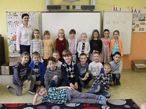Základní škola U Pálenice v Kunovicích a její 1.B s třídní učitelkou Ludmilou Kotasovou.