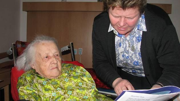 Marie Běla Linhartová (vlevo) s vedoucí Vincentina Milenou Marečkovou nad Velehradským zpravodajem. Do něj paní Běla napsala své vyznání.