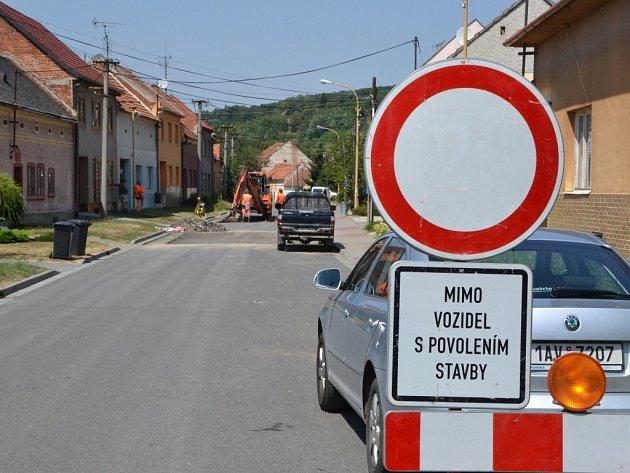 Opravy silnice by ve Vlčnově měly trvat do příští středy.