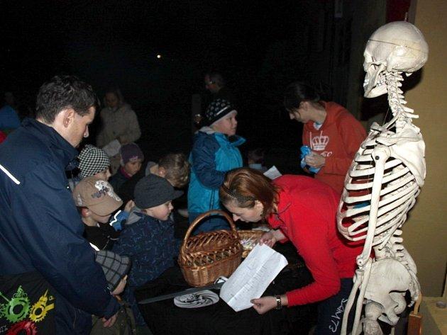 Na tři stovky dětí i dospělých se vydalo v pátek večer hledat po Jalubí strašidelné bytosti.