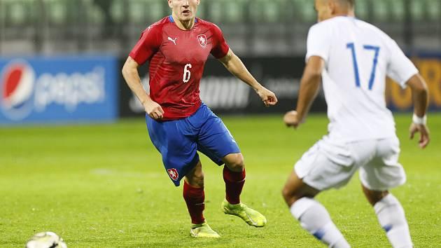 Záložník české fotbalové jednadvacítky Michal Sadílek (v červeném dresu) litoval proti Řecku laciné inkasované branky.