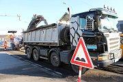 Dlouhé fronty, naštvaní řidiči, autobusy zpožděné o čtyřicet minut, tak to v pondělí 9. října od rána vypadalo na hlavním tahu ze Starého Města do Uherského Hradiště. Na vině je oprava vozovky na mostě přes řeku Moravu.