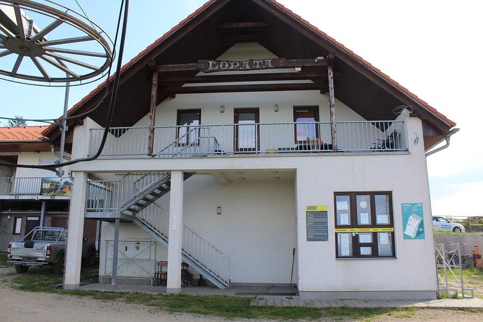 Vápenice, obec na moravsko-slovenském pomezí. Sjezdovka Lopata