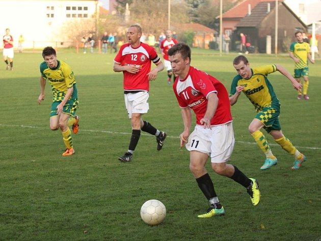 Uherský Brod (v červeném) - Napajedla 1:1 (0:0). U míče Marek Kúdela.