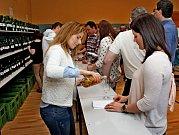 NA KOŠTU. Na výstavě vín v Huštěnovicích bylo v sobotu k ochutnání 218 vzorků vína.