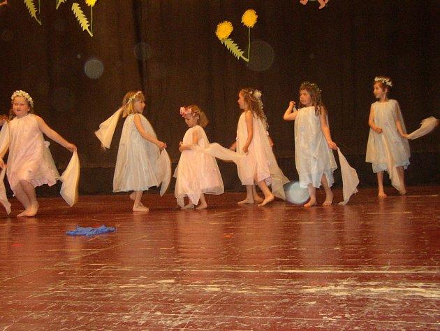 Děti z mateřské školy v Bílovicích předvedly skladbu s názvem Vílí tanec.