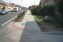 Střed obce prohlédl díky opravě chodníků.