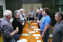 Jednání Klubu Štěpánů zahajuje hymna.