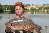 Marie Adamíková chytila největšího kapra.