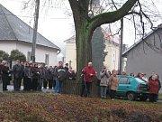 Odhalení pamětní desky ze zúčastnily desítky obyvatel Jankovic.