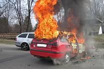 Plameny zasáhly jak motor vozu, tak také jeho interiér.